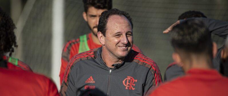 Rogério Ceni está atendo aos jogadores da base do Flamengo