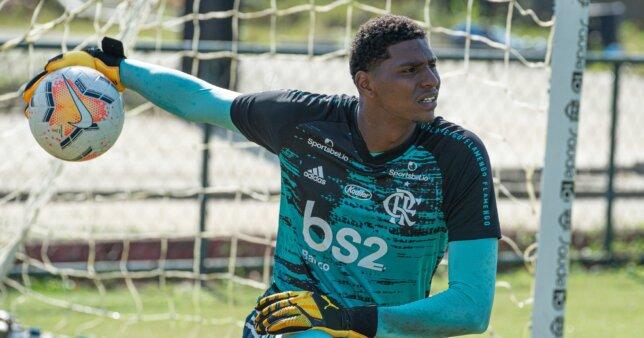 Hugo Souza em ação pelo Flamengo