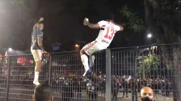 São Paulo: Jogadores e torcida aglomerados