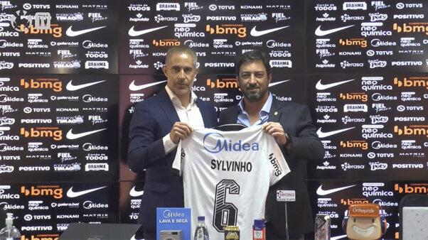 Sylvinho posa com a camisa 6 ao lado do presidente Duílio Monteiro Alves.