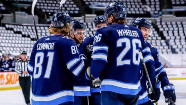 NHL Playoffs: Jets vencem Oilers no terceiro tempo-extra e varrem rival