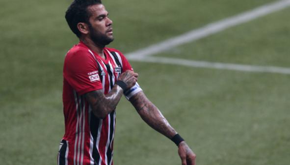 """Daniel Alves detona arbitragem do jogo do São Paulo: """"Tá de sacanagem"""""""