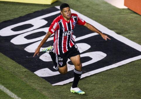 Gabriel Sara, jogador do São Paulo, comemora gol
