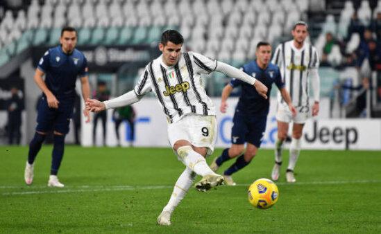 Álvaro Morata, atacante da Juventus, chuta bola na marca do pênalti