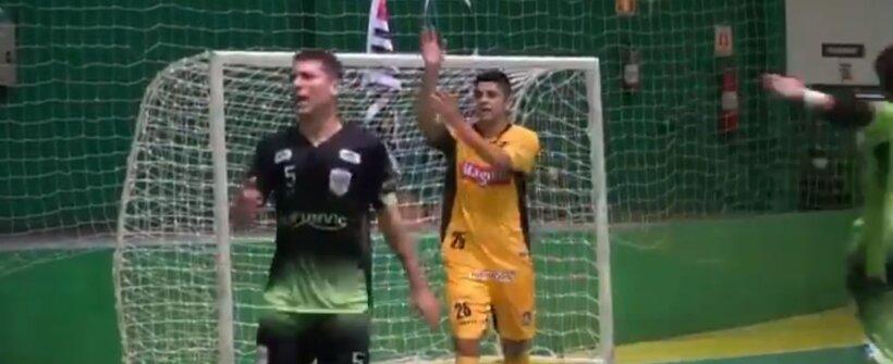 Jogador faz gol de mão, avisa árbitro e é aplaudido; confira o lance