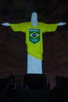 Cristo Redentor veste uniforme Brasil