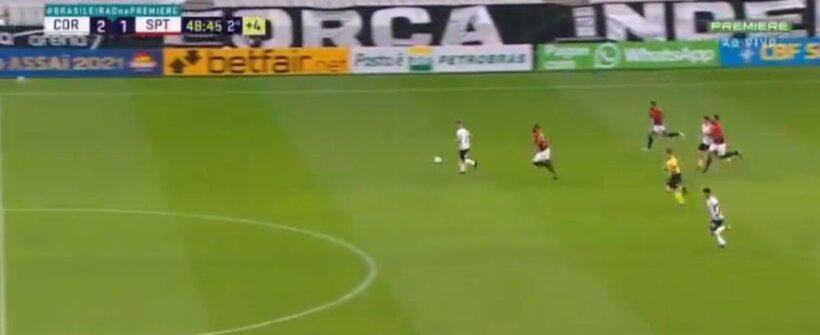 Sem goleiro, Ramiro tenta fazer gol do meio de campo e dá chute bizarro; assista