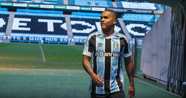 Douglas Costa voltou ao Grêmio.