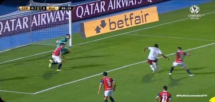 Lucca, do Fluminense perde gol inacreditável; veja o vídeo