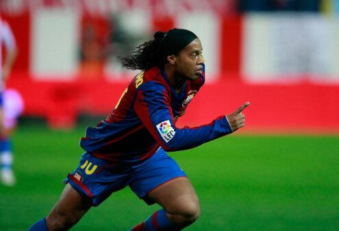 Gol, arrancada e muita magia; veja os lances de Ronaldinho em amistoso do Barcelona Legends