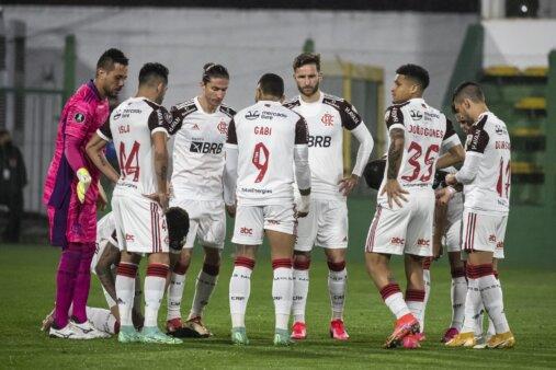 Jogadores Flamengo comemoram chegada avião previsão vidente