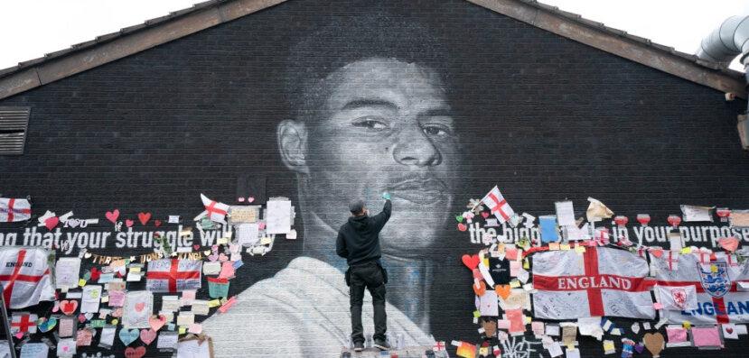 Mural de Rashford , em bairro de Manchester. Muro foi vandalizado - Reuters