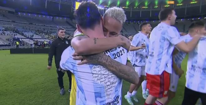 Neymar foi consolado por Messi.