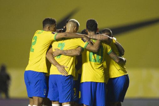 Time da seleção brasileira comemorando gol