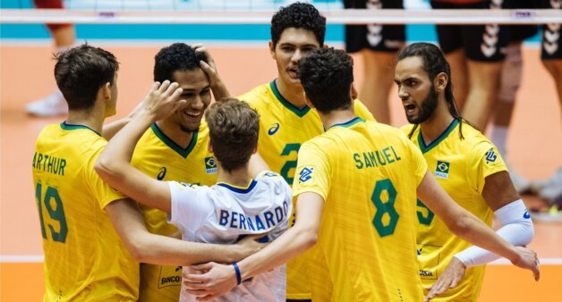 O Brasil terminou em sétimo lugar no Mundial Sub-10, disputado nas últimas duas semanas no Irã. A equipe venceu nesta quinta-feira a Alemanha por 3 a 1 (25/17, 23/25, 26/24 e 26/24). Na imagem, os jogadores brasileiros, vestidos de amarelo, comemoram a marcação de um ponto. O líbero Bernardo usa camisa branca.