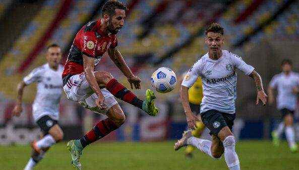 """Bastante criticado, Isla, do Flamengo faz desabafo: """"Momentos ruins passarão"""""""