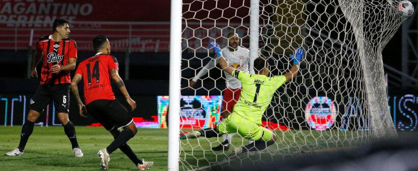 Artur faz fila, cruza 'com a mão' e Ytalo faz golaço para o Red Bull Bragantino na Sul-Americana; veja o lance