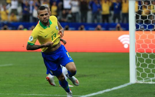 Daniel Alves esteve na mira do Boca Juniors.