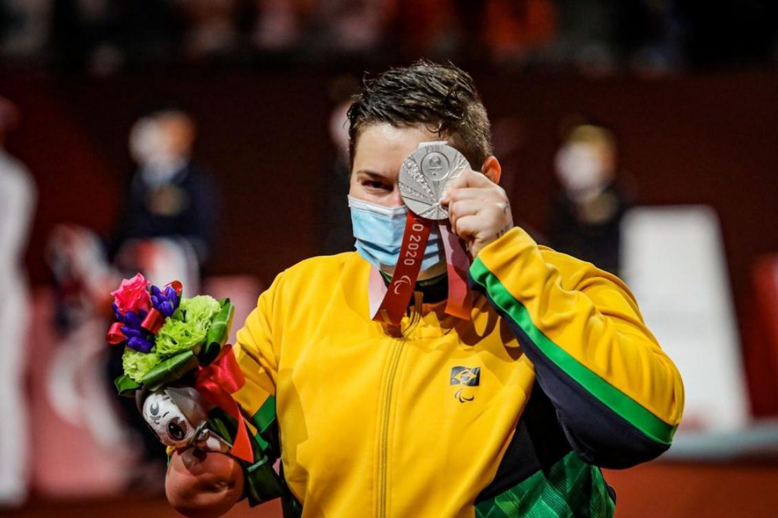 Débora com a prata conquistada em Tóquio: 100% de aproveitamento de pódios do taekwondo brasileiro.