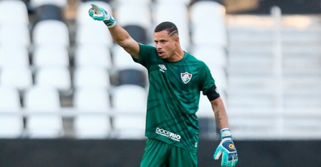 João Lopes em ação pelo Fluminense