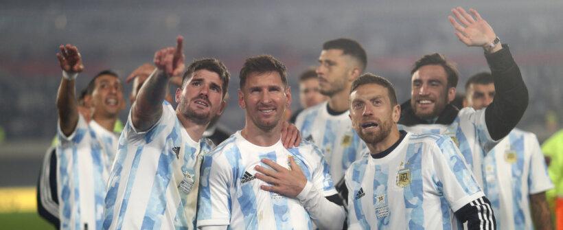 Lindo! Emocionado, Messi chora em noite 'mágica' pela Argentina; assista