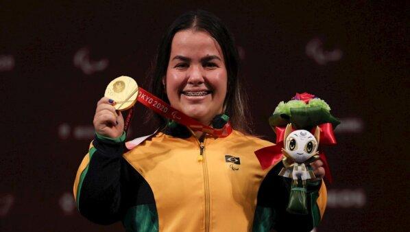 Mariana D'Andrea fez história e mostra a sua medalha dourada conquistada nos Jogos Paralímpicos de Tóquio 2020
