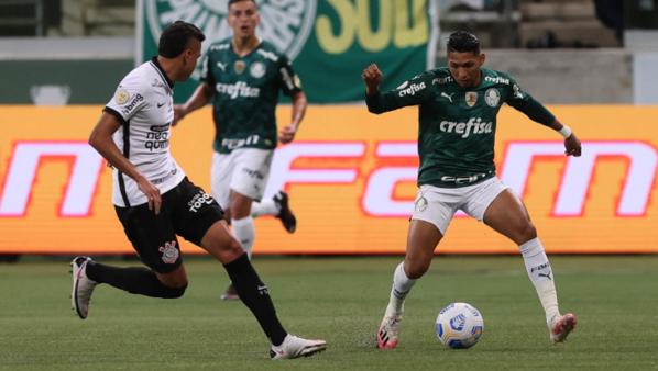 Palmeiras encara o Corinthians no Brasileirão.