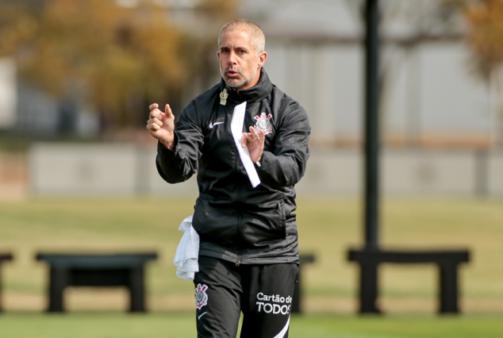 Titular de Sylvinho renovou com o Corinthians.
