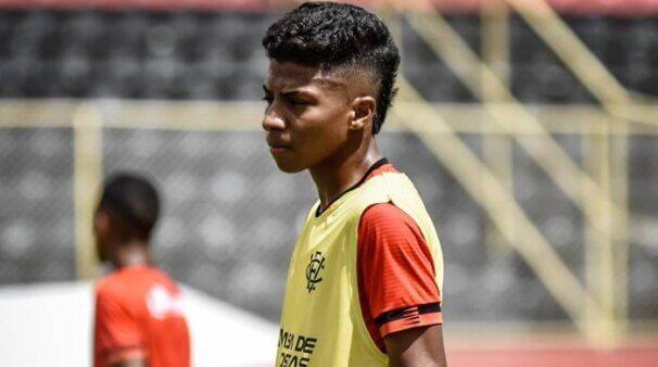 Alisson Santos em ação pelo Vitória
