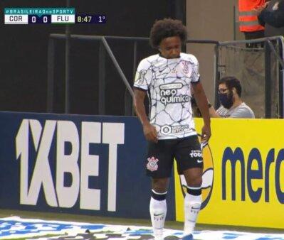 """Corinthians x Fluminense: Fábio Santos """"chuta"""" Bobadilla e Willian pede para sair; assista"""